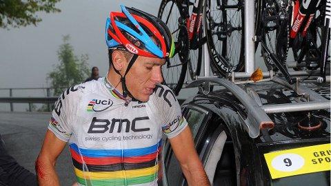 FINITO: Det ble tidlig dusj for nybakt verdensmester Philippe Gilbert. Forhåndsfavoritten måtte sette seg i lagbilen da 70 kilometer av Il Lombardia gjensto.
