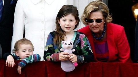 MORMOR: Dronning Sonja sammen med barnebarna Emma Tallulah og Maud Angelica Behn.