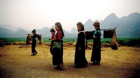 Når du nærmer deg Opium-triangelet i nord, der grensene mellom Kambodsja, Laos, Burma og Vietnam møtes, dukker ofte grupper av etniske minoriteter i sine særegne klær opp langs veien.