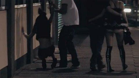 IKKE ALENE: Jenta er så full hun ikke klarer stå rett opp og ned, og typen forsøker å få henne med seg.