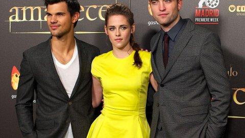 KRISTEN STEWART har vist seg i en mer tildekket stil i Spania. Her i sin knallgule Dior-kjole sammen med Robert Pattinson og Taylor Lautner.