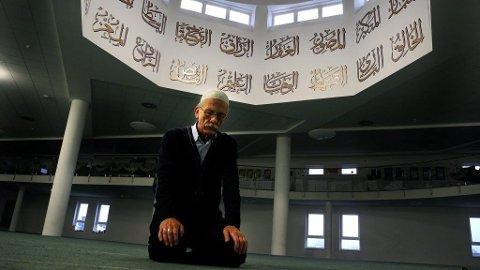 VENDT MOT MEKKA: Den norske konvertitten Truls Bølstad i bønn i sin moske på Furuset.