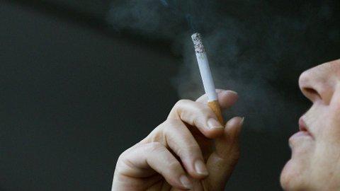 Verdens største tobakkprodusent, Philip Morris, har saksøkt staten for å ha stengt sigarettpakker i nøytrale skap i butikkene