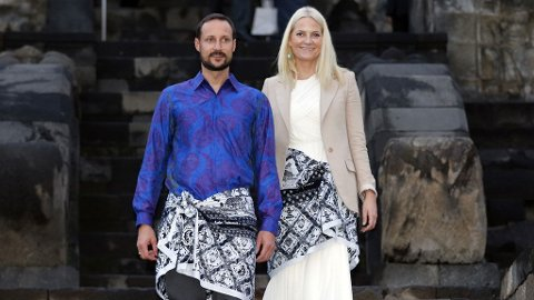 EN FLOTT TUR: Kronprinsparet avsluttet besøket i Indonesia med en gåtur opp et gammel buddhisitisk tempel. Hele kronprinsfamilien er svært begeistret for Indonesia.