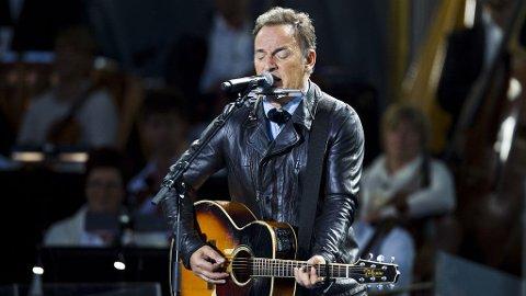 Bruce Springsteen spiller og synger under minnekonserten på Rådhusplassen i Oslo søndag, ett år etter terrorangrepene i Regjeringskvartalet og på Utøya 22. juli 2011
