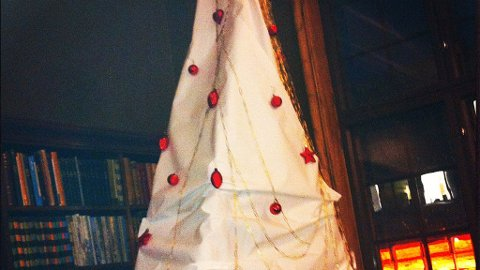 Juletreet på Statsarkivet i Bergen. Laget av papir og binders