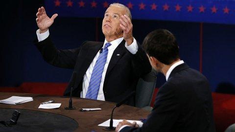 Joe Biden ser mot himmelen for å demonstrere at det var ikke derfra finanskrisen kom, men snarere fra George W. Bush sin skattepolitikk og kriger på kreditt.