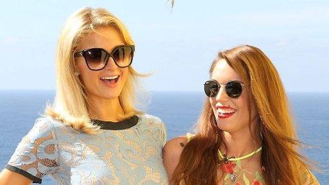 MØTTES: Paris Hilton skal være del av den norske «Paradise Hotel». Søndag møtte hun Triania Iglesias, som skal lede programmet nok en gang, i Mexico.