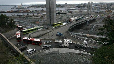 Rundkjøringen som tar imot trafikk inn til Oslo sentrum fra Mosseveien og E6 nordfra. Da Operatunnelen ble åpnet måtte man gjennom denne flaskehalsen for å komme seg til sentrum. Bildet er fra 2010.