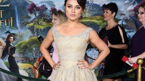 MILA KUNIS kom passende antrukket til premieren av filmen «Oz The Great and Powerfull».
