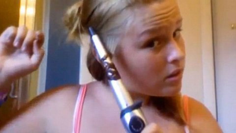 INSTRUKSJONSVIDEO: Tori Locklear forsøker å vise hvordan man krøller håret med et stylingjern, men ender opp med å brenne det av seg.