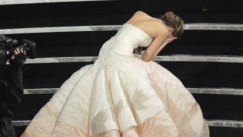 JENNIFER LAWRENCE hadde kveldens kjole, men den var ikke enkel å gå i trapper i.