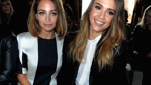 STILSIKRE: Nicole Richie og Jessica Alba var på plass i sort og hvitt for Stella McCartney-showet.