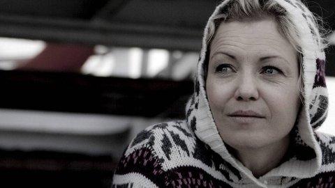 - Du kan stå på ski og hoppe i fallskjerm selv om du er gravid, sier Kari Traa. Hun gjør nettopp det i Oppdrag Nord-Norge på NRK.