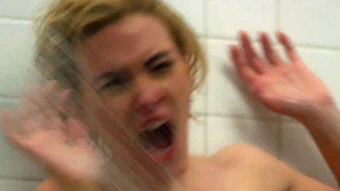 SCARLETT JOHANSSON som Janet Leigh i den ikoniske dusjscenen i «Psycho».