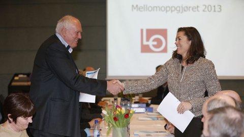 LO-leder Roar Flåthen og NHO-leder Kristin Skogen Lund hilser på hverandre i forkant av forhandlingene i mellomoppgjøret for 2013 i Næringslivets Hus mandag.