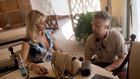 Paris Hilton og Finn Erik Rognan i samtale før innspillingen av Paradise Hotel.