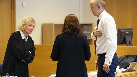 FAMILIEFEIDE: Aktor Svein Holden, den tiltalte kvinnens datter og hennes bistandsadvokat Anne Kristine Bohinen i en pause i utspørringen i Nedre Romerike Tingrett. Mandag startet rettsaken mot kvinnen som var hovedtiltalt i Alvdal-saken og hennes daværende ektefelle. Kvinnen er tiltalt for vold og grove overgrep mot sin eldste datter.