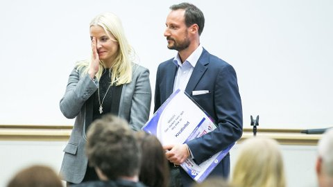 RØRT AV UNGDOMMEN: Kronprinsesse Mette-Marit ble rørt til tårer da hun og og kronprins Haakon fikk applaus under en konferanse om ledelse for fremtiden i regi av Arbeidsinstituttet Buskerud på Sundvollen hotell torsdag.
