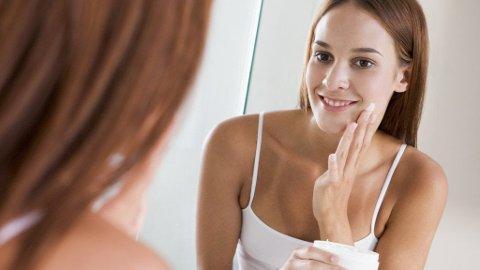 EN GOD PEELING er alltid lurt. Men pass på at peelingen er tilpasset din hudtype, ellers kan den gjøre vondt verre.