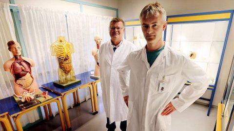 VAKSINEHETS: Overlege Sveinung Sørbye (til høyre) og professor Ørjan Olsvik har opplevd å bli hengt ut og grovt hetset på internett av vaksinemotstandere. ? Dette er ikke faglig imøtegåelse, men søppelkommunikasjon, sier Olsvik til Nordlys. ( Nordlys )