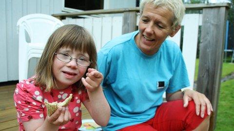 Frisk og glad. Amalie Riber (7) har Downs syndrom. Mamma og leder i Ups and Downs Nordland, Grethe Riber, er skeptisk til at ny blodprøve skal påvise Downs allerede i uke 10 av svangerskapet. ? Mange med Downs er faktisk velfungerende. Det er trist at barn som Amalie skal sorteres bort, sier hun.