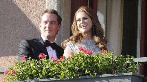HILSTE: Brudeparet kom en snarvisitt ut på balkongen for å hilse på de fremmøtte.