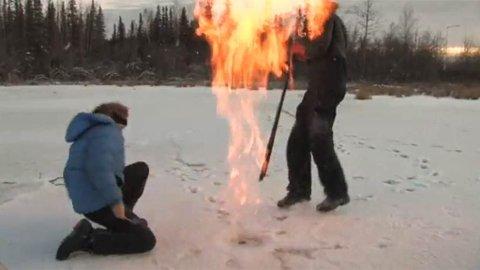 GASS UNDER ISEN: Miljøforsker Katey Walter Anthony ved University of Alaska i Fairbanks setter her fyr på en metanlomme under isen i Fairbanks. Videoklippet er fra 2009.
