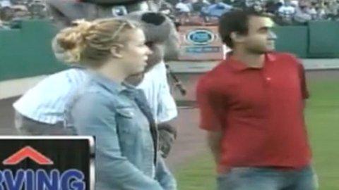 David var ikke helt heldig da han fridde til kjæresten under en stor baseballkamp.