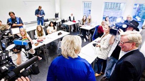 I KLASSEROMMET: Høyre-leder Erna Solberg hadde med seg Oslos skolebyråd Torger Ødegård, også han Høyre-mann, da de besøkte sommerskolen på Nydalen videregående.