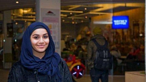 FIKK AVSLAG: Da 17 år gamle Noor Darbs søkte jobb på kaffebaren Wayne's Coffe i Torvbyen, fikk hun avslag angivelig på grunn av hijaben hun bruker.