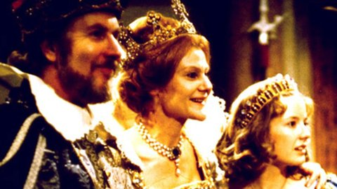 KNUT RISAN i rollen som kongen, Sonjas far i «Reisen til julestjernen» fra 1976. Her med Bente Børsum som dronningen og Hanne Krogh som Sonja.