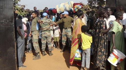 Titusenvis av sivile har flyktet fra voldshandlingene i Sør-Sudan den siste uka.