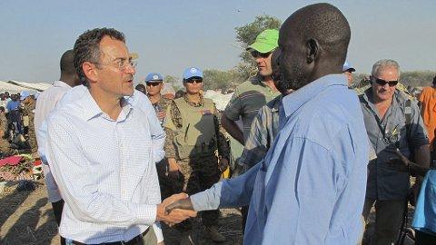 FNs Toby Lanzer (t.v.) sier titusener vil dø dersom ikke organisasjonen får pengene den har bedt om. Bildet er tatt da Lanzer aknom Bentiu julaften.