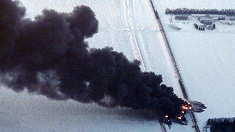 SVART RØYK: Røyk stiger til værs etter togkollisjonen nær Casselton i Nord-Dakota.