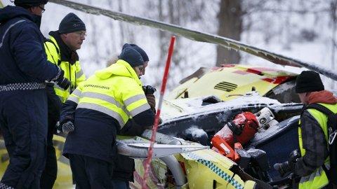 PÅ ULYKKESSTEDET: Havarikommisjonen og teknikere fra politi og brannvesen undersøker helikopteret fra Norsk luftambulanse.