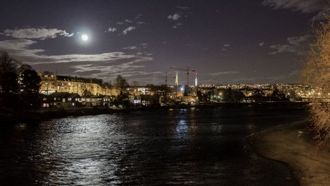 SØKER VIDERE: Politiet i Trondheim søker fremdeles etter savnet Vibeche Sofie Falck Danielsen(48) langs Nidelven i Trondheim sentrum.