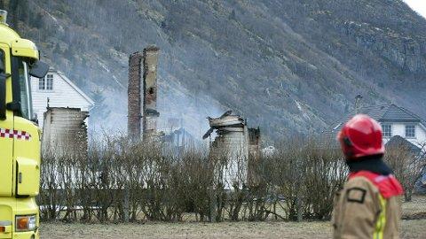 HOLDER VAKT: Brannfolk holder brannruinene i Lærdalsøyri under oppsikt søndag ettermiddag.