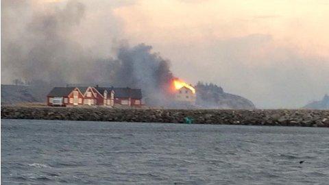 HUS I FLAMMER: Flere hus i Flatanger kommune har gått tapt i lyngbrannen som har rast i området tirsdag.