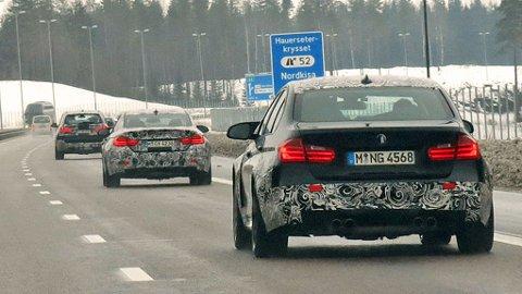 KAMUFLERTE BILER: Dette er såvisst ikke noe hverdagslig syn på motorveien nord for Gardermoen, en lang kolonne med kamuflerte testbiler fra BMW.