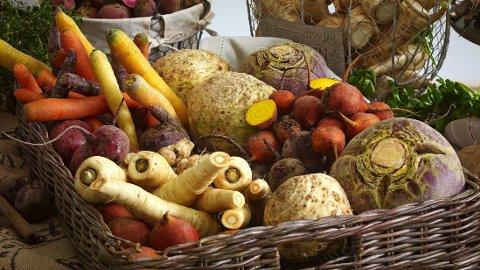FRUKT OG GRØNT: Helsedirektoratets anbefalinger sier at man bør spise minst 5 porsjoner frukt, grønnsaker og bær hver dag.
