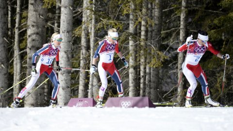 MÅTTE ENDRE TAKTIKKEN: De norske jentene hadde egentlig planer om å bytte skiene tre ganger, men valgte i stedet å gå på samme skipar gjennom hele tremila. Foto: NTB Scanpix