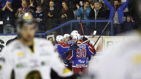Vålerenga-jubel etter 2-0 scoringen i 2. periode av seriefinalen i ishockey mellom Vålerenga og Stavanger Oilers på Jordal amfi tirsdag.