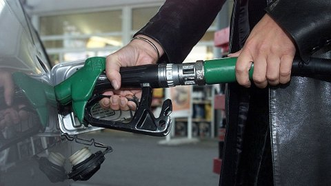 Et godt tips til deg som vil verne om lommeboken: Dropp bensinfylling på torsdager. For nå har bensinkjedene «snikinnført» en ny pristopp hver torsdag.
