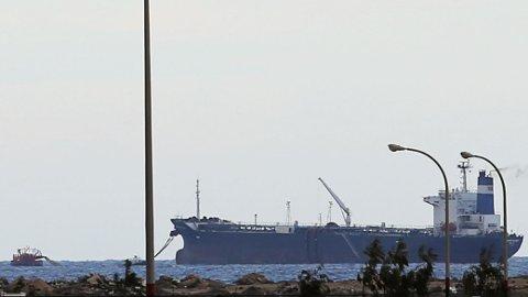 NORDKOREANSK TANKSKIP: Bildet viser det nordkoreanske tankskip ved Es Sider terminalen i Libya March 8 2014. I helgen truet libyske myndigheter med å bombe skipet hvis det forsøkte å hente olje fra havnen som er kontrollert av opprørerne i Libya. Nå hevder myndighetene at de har tatt kontroll over skipet.