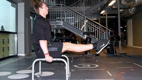 KROPPSVEKTTRENER: Personlig trener Ulrik Ask Fossum gir deg tips til hvordan du kan utfordre deg selv og treningen din med kroppsvektøvelser.