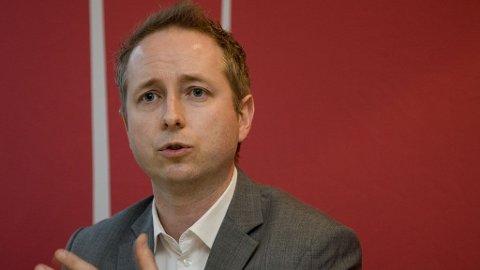 UNDER SPERREGRENSEN: SVs nestleder Bård Vegar Solhjell må konstatere at partiet i øyeblikket både er under sperregrensen og mindre enn De Grønne.