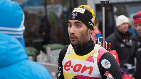 HJALP SVENDSEN: Martin Fourcade hjalp rivalen Emil Hegle Svendsen under søndagens fellesstart i Holmenkollen.