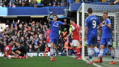 PINLIG: Arsenal slapp inn seks mål mot Chelsea og scoret ingen selv. Her er det Oscar som jubler for Chelseas fjerde scoring.