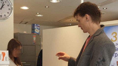 DAGLIG DOSE: Kenneth er en av 7000 i Norge som går på legemiddelassistert rehabilitering (LAR). Fem dager i uka går Kenneth til apoteket for å få sin daglige dose med subutex. I noen tilfeller tar apotekene gebyrer som er fem ganger så høyere enn prisen på medikamentet for å gi det ut.